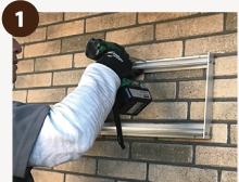 アドフォーム専用ベースアルミ金具を壁に取り付ける。